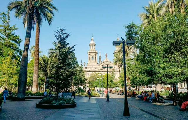 Keimzelle der spanischen Kolonisationszeit: die Plaza de Armas; im Hintergrund die Kathedrale
