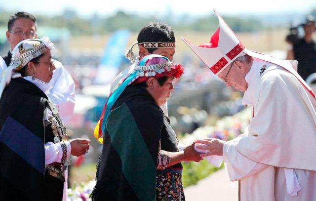 Mapuche-Angehörige und Papst Franziskus: In Temuco hält das Kirchenoberhaupt eine Messe ab.