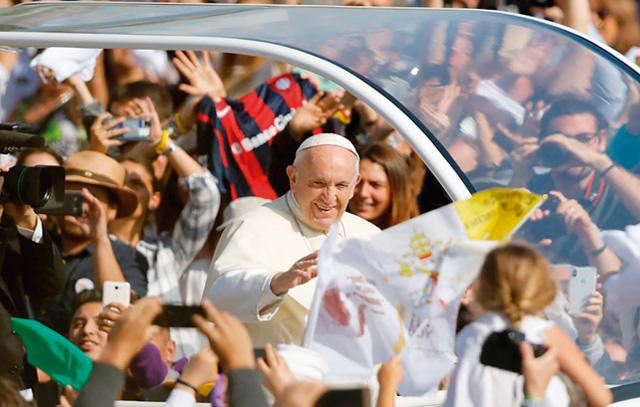 Papst Franziskus wird im Parue O´Higgins von einer jubelnden Menge begrüßt: Rund 400.000 Menschen nehmen an der Messe in Santiago de Chile teil.
