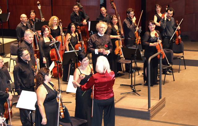 Das Orquesta Clásica der USACh unter Nicolás Rauss überraschte durch Energie und Präzision. Harriet Eeles gratuliert Konzertmeisterin Oriana Silva, dahinter Dirigent Nicolás Rauss mit roter Rose