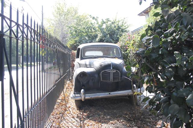 Der Reiz des Vergänglichen: Ein altes Auto fristet sein Dasein an der Straße Monseñor Edwards.