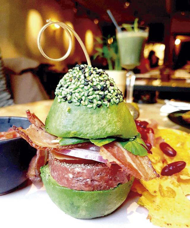 Nuss-Geschmack mit cremig-öliger Konsistenz: In Europa bieten Gourmet-Restaurants ausgefeilte Avocado-Speisen im schicken Design an.