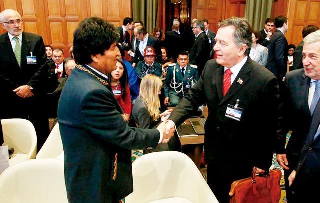 Boliviens Präsident Evo Morales (links) und der chilenische Außenminister Roberto Ampuero begrüßen sich im Internationalen Gerichtshof von Den Haag.