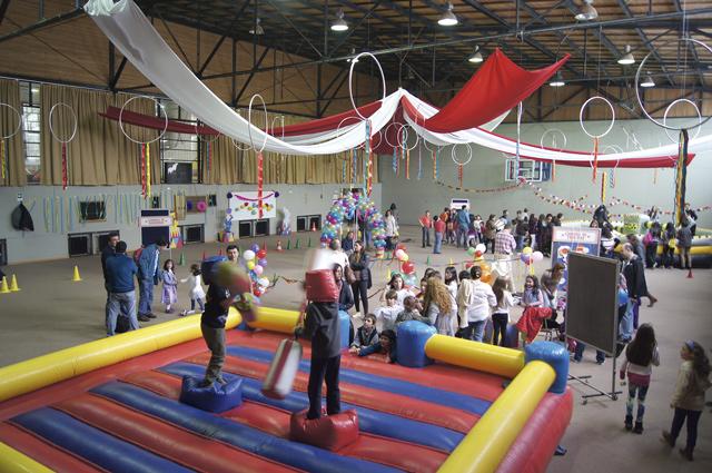 Instituto Alemán Carlos Anwandter en Valdivia: Juegos en gimnasio 1