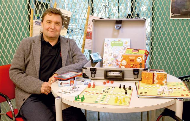 Alexander Schultheis, Leiter der Bibliothek am Goethe-Institut, mit dem Spielekoffer