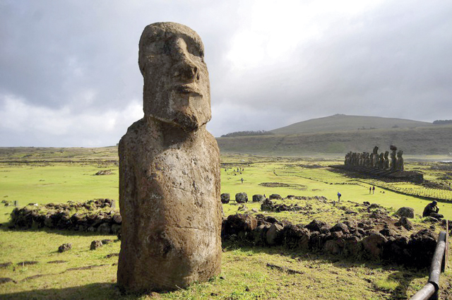 Eine Steinstatue auf der Osterinsel: Die Moai stellen wahrscheinlich berühmte Häuptlinge oder verehrte Ahnen der Ureinwohner Rapa Nui dar. Foto: Sebastian Beltran/Agencia Uno/dpa