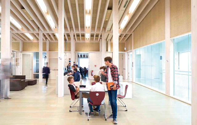 Eine Schule komplett aus Holz: Der Neubau des Schmuttertal-Gymnasiums in Diedorf wurde 2015 eingeweiht. Schulleiter Günter Manhardt: «Ein freundliches Raumklima, eine ausgezeichnete Wärmedämmung und eine angenehme Akustik.»