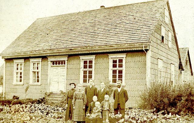 Casa Klein-Stange. Construida en 1897 y demolida en 1950, esta casa estaba ubicada casi al frente de la Iglesia Luterana, a 1,8 kms. desde el puente Chamiza camino a Automo. Fue la casa habitación de la familia Georg II Klein (hijo de colonos) y Marta Stange, quienes aparecen en primer plano de la fotografía (tomada ca. 1905), junto a algunos de sus hijos. Uno de los cuales, Cristino (atrás, el 3. de derecha a izquierda), fue el abuelo de Erika, quien se destacó por ser maestro constructor de varias casas, tanto en Chamiza como en Llanquihue. Además construyó galpones, caminos, puentes, e incluso su propio barco, que navegaba por el río Chamiza, siendo su obra maestra la iglesia Luterana de Chamiza. (fuente archivo Erika Klein)
