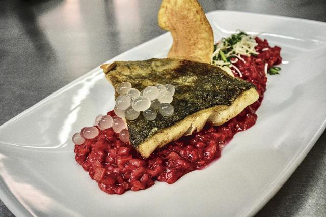 Fischgerichte können ebenfalls mit Weinperlen garniert werden.