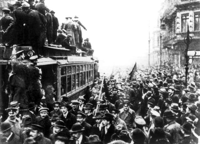 Streikende Arbeiter füllen am 9. November 1918 die Straßen von Berlin. Kurz darauf verkündete Philipp Scheidemann die Republik. Foto: dpa