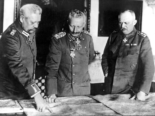 Generalfeldmarschall Paul von Hindenburg, Kaiser Wilhelm II. und General Erich Ludendorff studieren im I. Weltkrieg eine Landkarte. Foto: dpa