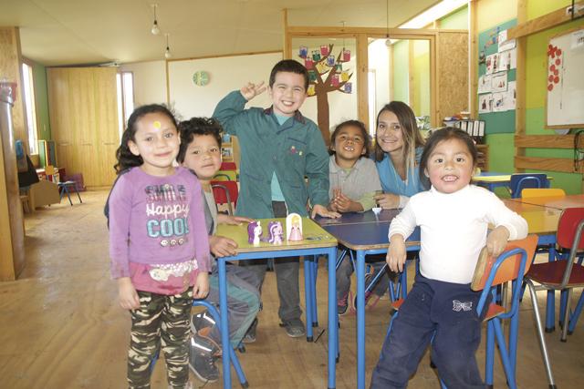 Seit 2011 gibt es den Kindergarten: Die kleinsten ABC-Schützen der Albert-Schweitzer-Schule mit ihrer Erzieherin Maria José Mirandes.