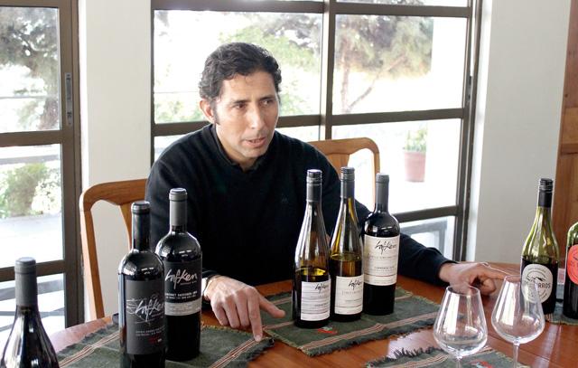 Weinprobe mit dem Winzer Miguel Besoain: Die Viña Lafken hat unter anderem Cabernet Sauvignon, Carménère, Pinot Noir sowie Weißweine im Angebot.