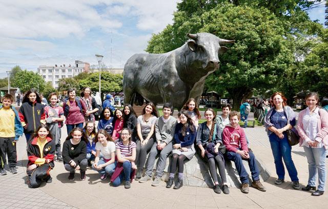 """Die Teilnehmer des Wettbewerbs """"Deutsch lebendig"""" besuchen die Stierskulptur auf der Plaza de Armas in Osorno."""