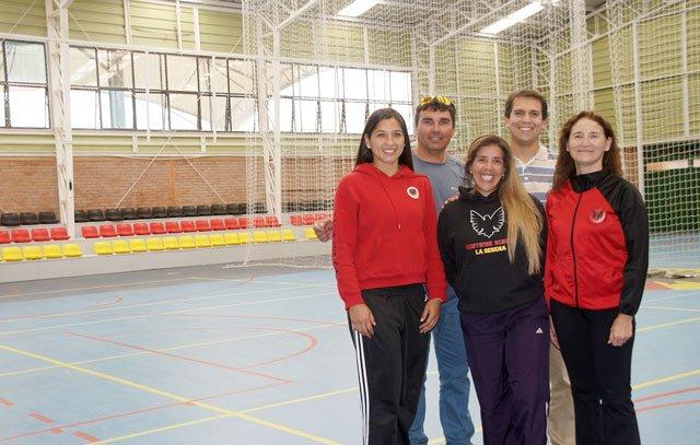 Die Sportlehrer Pamela Munizaga, Peter Grohs, Paulina Vivanco, Rodrigo Carrasco und Ingrid Wiehoff sorgen dafür, dass es Basketball, Volleyball, Leichtathletik, Fußball und Turnen an der Schule gibt.