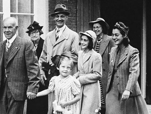 Auf dem Bild sind sieben Personen. Ganz rechts ist die Familie Frank:  Vater Otto,  Anne Frank, Mutter Edith, Schwester Margot.