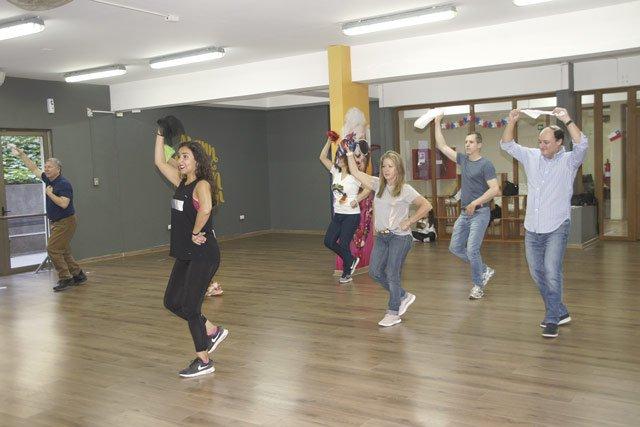 Tanzlehrerin Pamela Zamorano macht es im Club Manquehue vor: So bewegt man sich bei der Cueca
