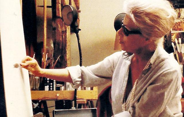 Hedi Krasa vor ihrer Leinwand: Die Bühnenbildnerin, Kostümausstatterin und Malerin war vor allem als Porträtistin sehr erfolgreich.