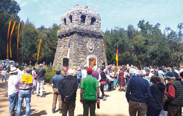 Vor dem renoviertem Turm: Von der Burschenschaft bis zur Deutschen Schule Concepción sowie viele Familien und Neugierige waren gekommen, um den neuen Bau zu bewundern.