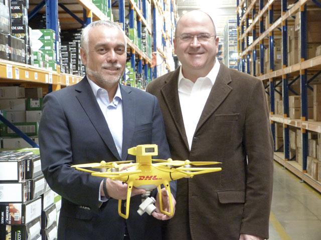 Alvaro Arratia und Germán Arango von Supply Chain DHL Logistics stellen die Kameradrohne vor.